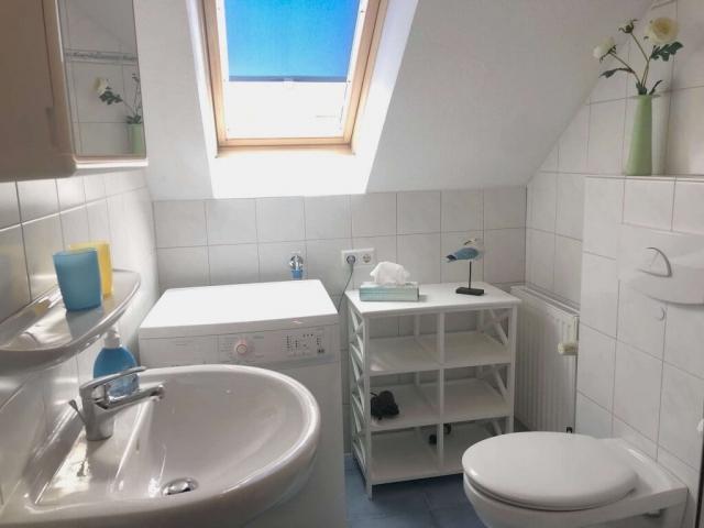 Bad im Obergeschoss mit Dusche und Waschmaschine