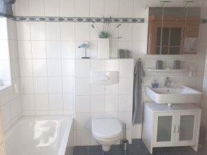 Badezimmer mit Waschbecken, WC und Badewanne