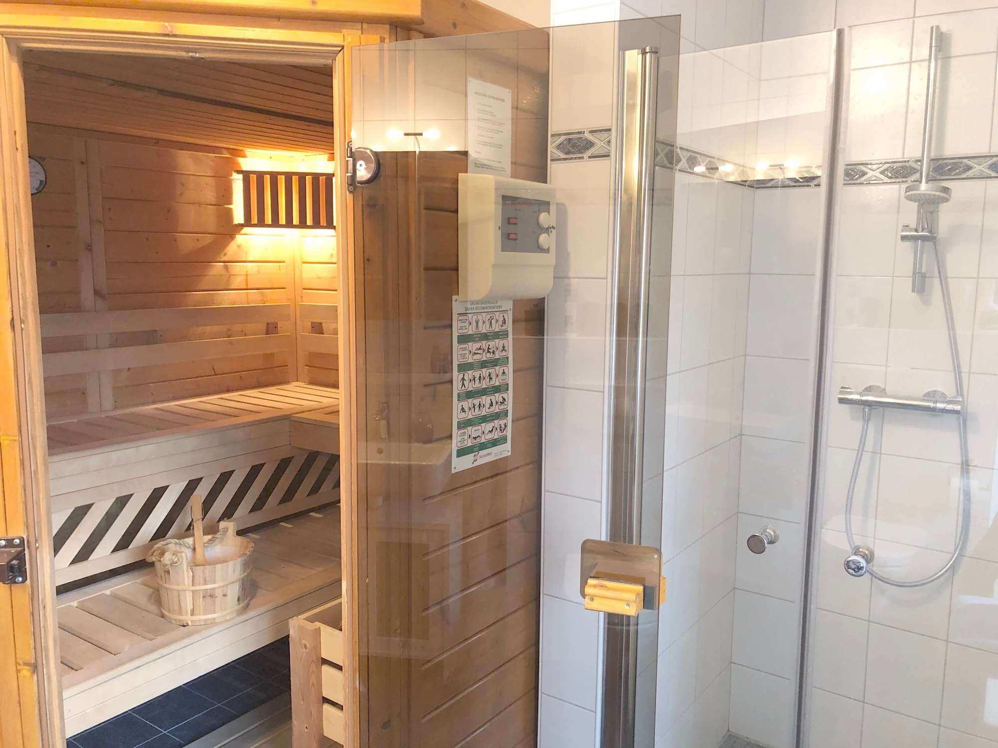 Sauna mit ebenerdiger Dusche