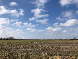 Blick von der Terrasse in die Weite, Wolken, Felder, Deich