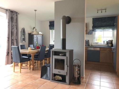 Essbereich mit Kamin und Küche_