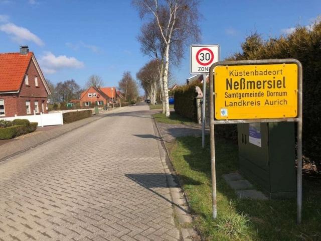 Ortsschild Neßmersiel am Eingang der Amselstraße