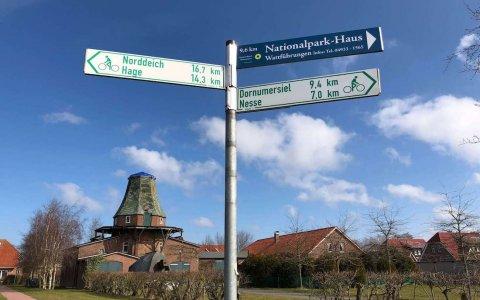Schilder mit Mühle Neßmersiel