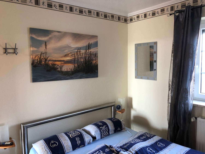Ebenerdiges Schlafzimmer mit Doppelbett