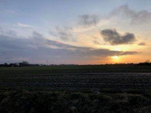 Blick vom Haus in den Sonnenuntergang