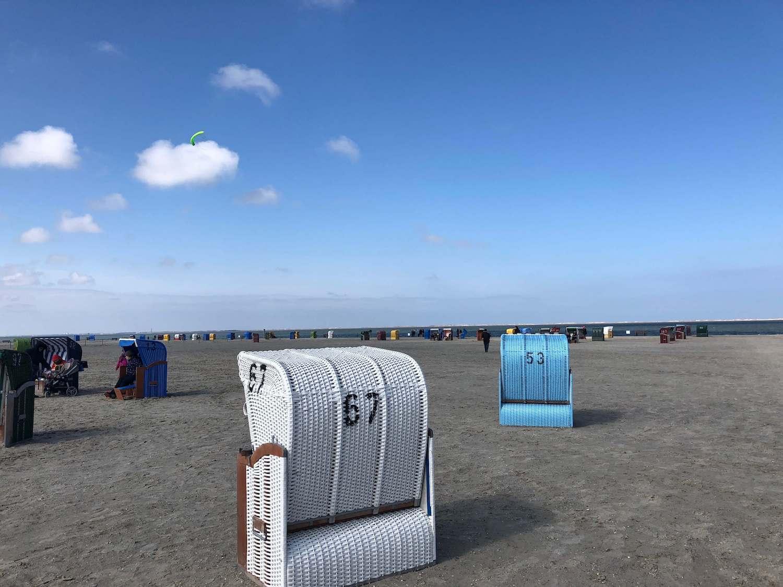 Strandkörbe am Strand von Neßmersiel, Sand, Meer