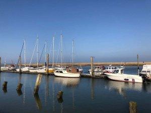 Bote im Hafen von Neßmersiel