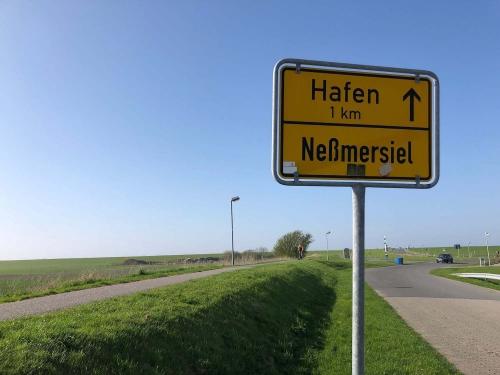Schild zum Hafen in Neßmersiel