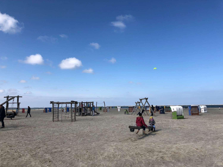 Strand in Neßmersiel mit Spielplatz
