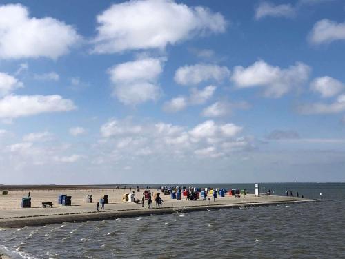 Strand in Neßmersiel mit Strandkörben und Meer
