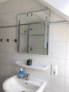 Waschtisch mit Spiegel