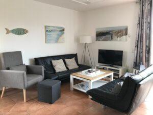 Couchecke mit TV und grauem Sessel