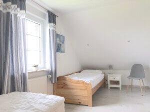 Schlafzimmer mit 2 Betten weiß