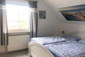Schlafzimmer mit Doppelbett weiß