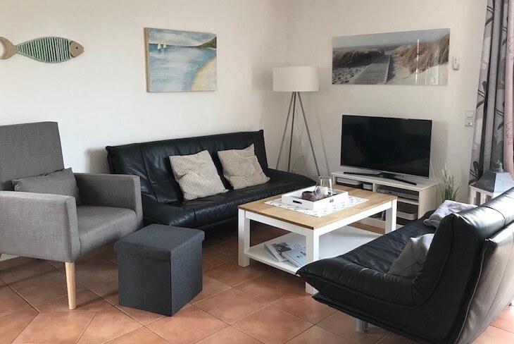 Couchecke mit TV und Sessel grau